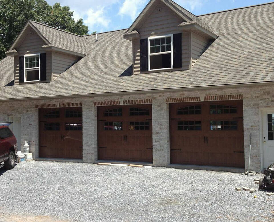 house with three garage doors